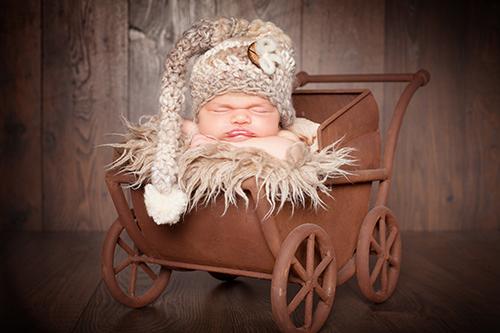 Babyfotograf Düsseldorf: Baby schläft in Kinderwagen.