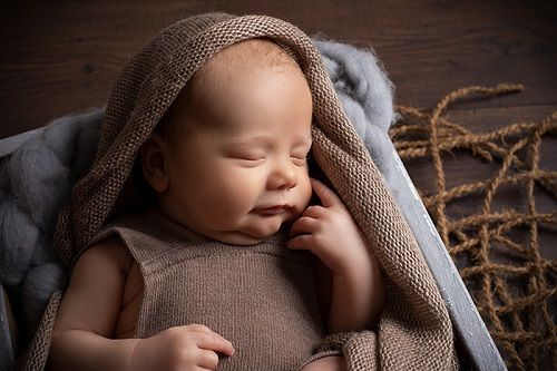 Wie lange dauert ein Babyshooting? Dauer eines Babyshootings. Zweieinhalb bis dreieinhalb Stunden.